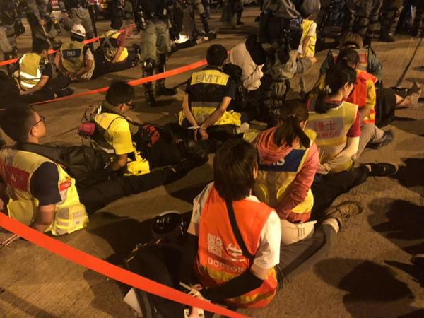 拘束されたボランティア救急隊