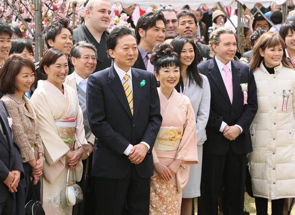 2010年4月17日に開かれた「桜を見る会」の鳩山元首相と招待客