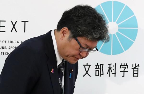 会見を終えて一礼する萩生田光一文科相