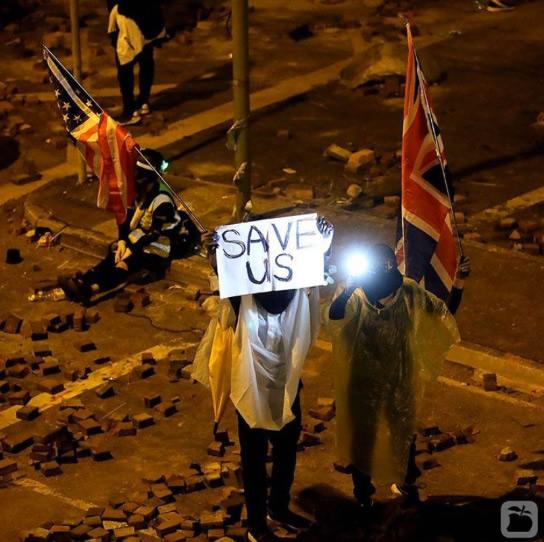 米国と英国の国旗を振って「西側世界」に助けを求める香港の若者