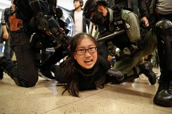 香港警察に拘束されたデモ参加の女性