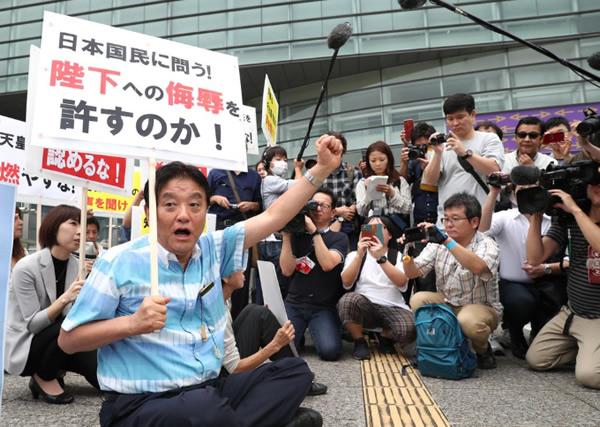 再開された「表現の不自由展・その後」会場前で座り込みを行う名古屋市の河村たかし市長(産経新聞)