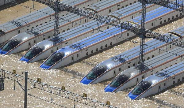 泥水につかる北陸新幹線の車両=産経フォト