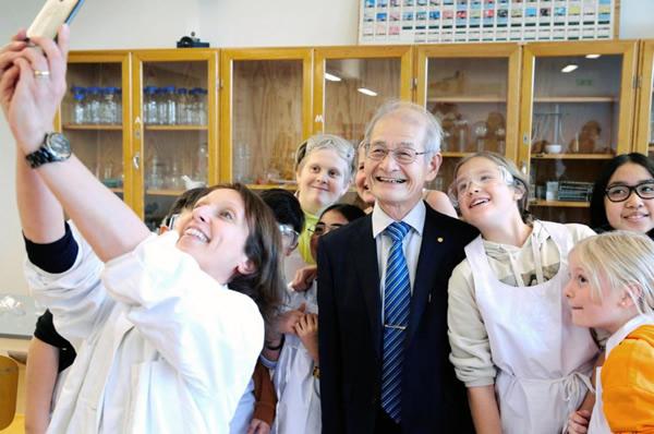 ストックホルム市内の中学校を訪れ、教室で生徒たちと記念撮影する吉野彰さん
