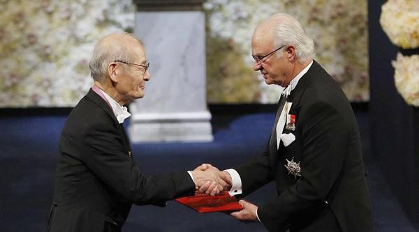 グスタフ国王からメダルと賞状を授与される吉野彰さん