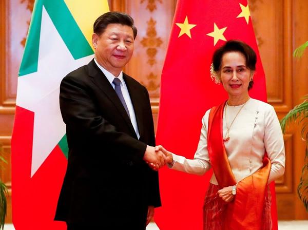 握手する中国の習近平国家主席(左)とアウン・サン・スー・チー国家顧問