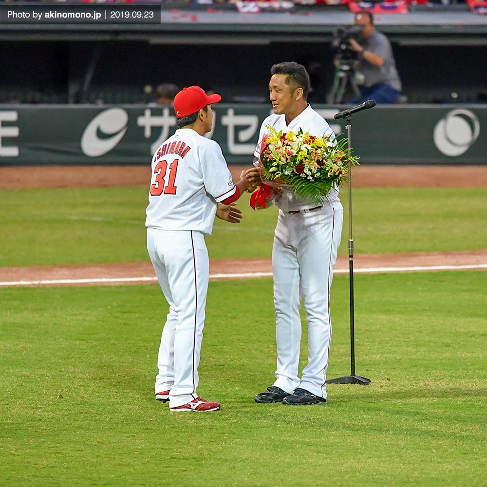 永川投手に花束を渡す石原選手