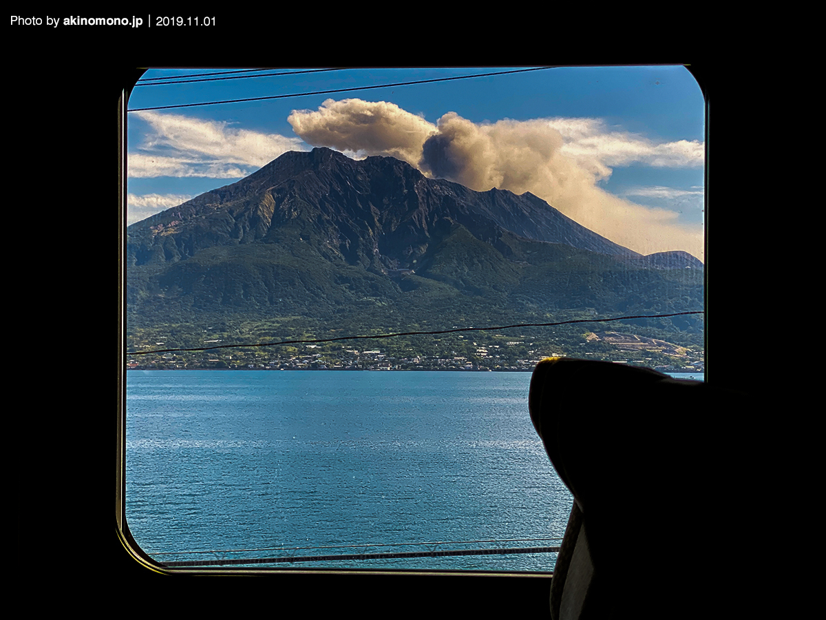 特急「きりしま」の車窓から見る桜島