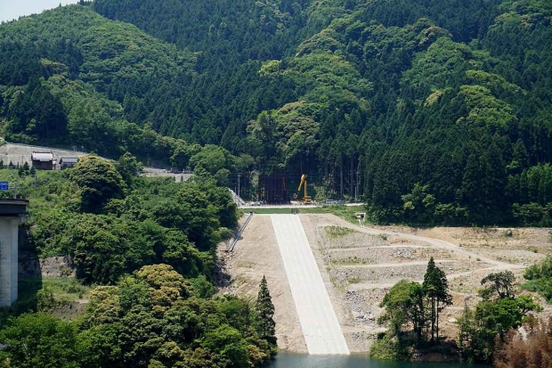 s-1280px-Ogawachi-Sugi-replanted-from-distance.jpg