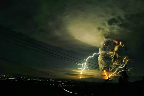 taal eruption lightning (1)