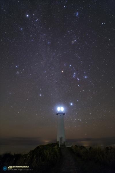 爪木崎灯台と冬の星座