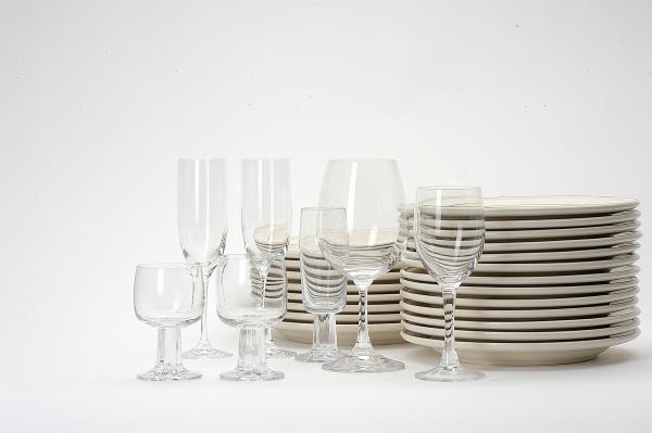 食器整理イメージ ガラス食器と白いお皿