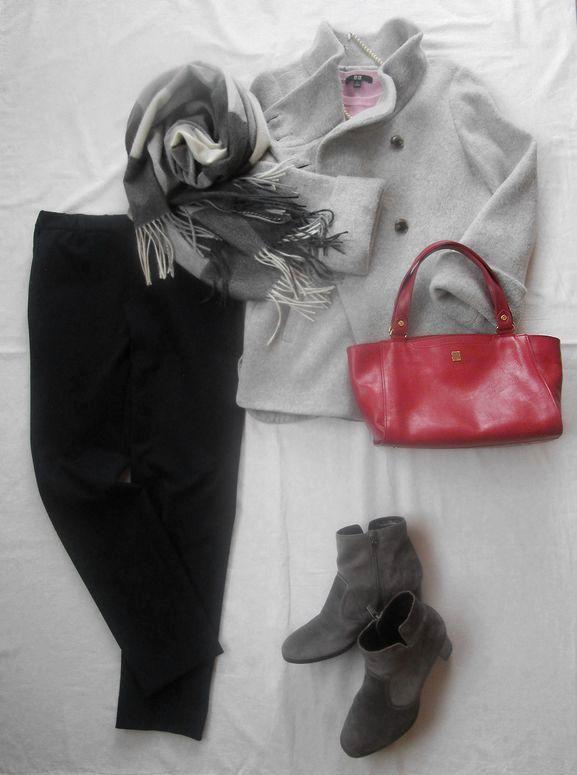 オンワード自由区ストレッチパンツに赤いバッグ