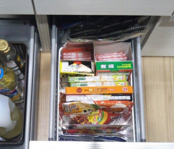 キッチンコンロ下収納 よく使う食材などの入れ場所2