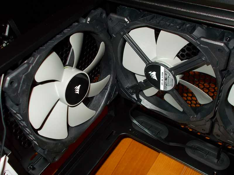第 3 世代 Ryzen CPU(Zen 2) 自作 PC 組立、PC ケース Fractal Design Define R5 組み込み・セットアップ作業、ケースファン Corsair 140mm PWM ML140 ケースリア・トップに長尾製作所 リブ無しファン専用簡易固定具 プッシュリベット N-PR01 で取り付け