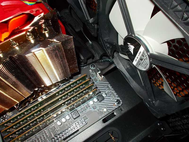 第 3 世代 Ryzen CPU(Zen 2) 自作 PC 組立、PC ケース Fractal Design Define R5 組み込み・セットアップ作業、CPU クーラーファン Thermalright TY-127BP ケーブルコネクタ 接続、ケーブルがファンに絡まないように配線調整
