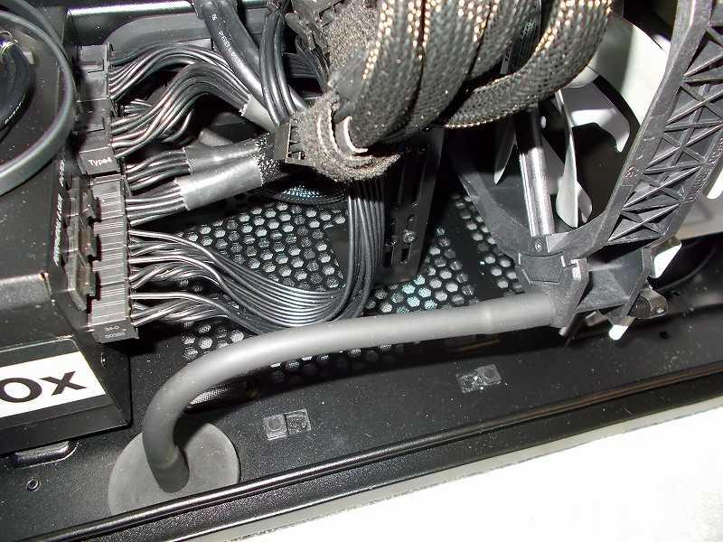 第 3 世代 Ryzen CPU(Zen 2) 自作 PC 組立、PC ケース Fractal Design Define R5 組み込み・セットアップ作業、ファン用フレキシブルアーム アイネックス マグネットタイプ FST-MAG2+ケースファン Corsair 140mm PWM ML140 2基 設置