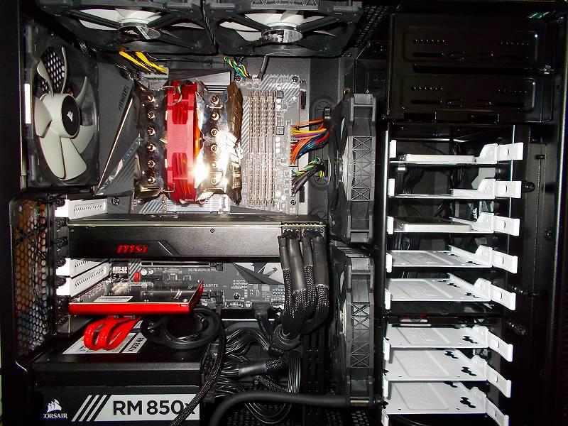 第 3 世代 Ryzen CPU(Zen 2) 自作 PC 組立、PC ケース Fractal Design Define R5 組み込み・セットアップ作業、ストレージ HDD 以外取り付け完了状態の PC 内部