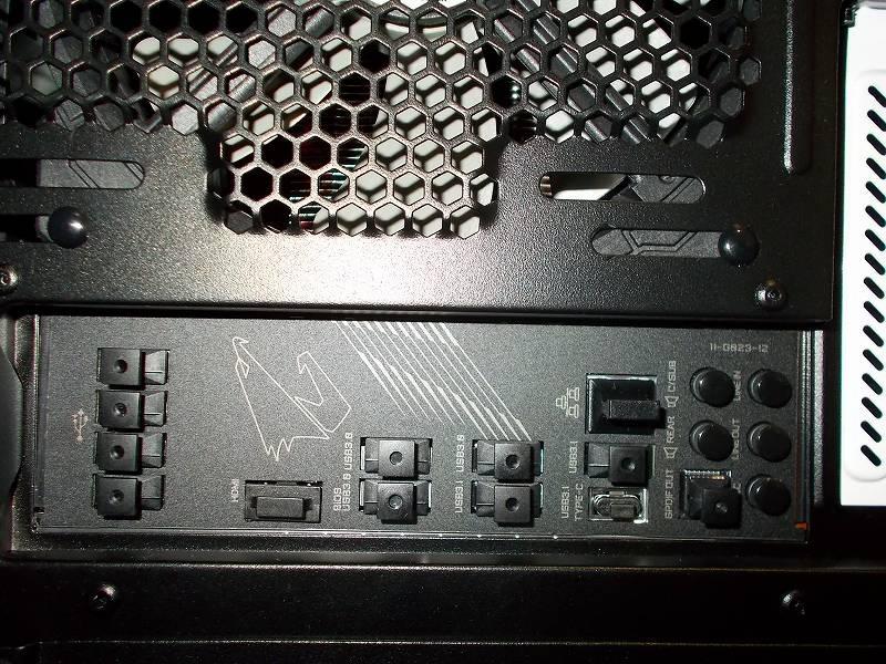 第 3 世代 Ryzen CPU(Zen 2) 自作 PC 組立、PC ケース Fractal Design Define R5 組み込み・セットアップ作業、アイネックス コネクタカバー セット DC-101A 装着、マザーボード GIGABYTE X570 AORUS PRO rev.1.0 バックパネル、USB(A タイプ)用 - 9個、HDMI(タイプ A)用 - 1個、LAN (RJ-45)用 - 1個、テクノベインズ USB 3.1 Type-C コネクタキャップ USB31CACK-B1-6 - 1個、サンワサプライ 光オーディオ端子コネクタキャップ TK-OPCAP - 1個、ミニジャック(3.5mm)用 - 5個 装着