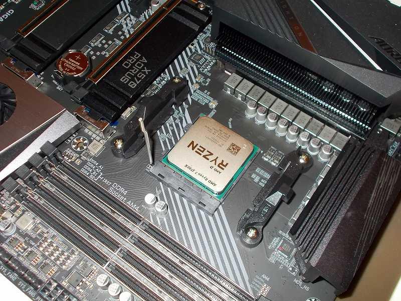 第 3 世代 Ryzen CPU(Zen 2)でこだわりの自作 PC を仮組!テストベンチ動作確認編、マザーボード GIGABYTE X570 AORUS PRO rev.1.0 に CPU AMD Ryzen 7 3700X 装着、マザーボード GIGABYTE X570 AORUS PRO rev.1.0 AM4 CPU ソケットのレバーを上げて CPU AMD Ryzen 7 3700X 装着