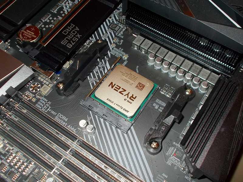 第 3 世代 Ryzen CPU(Zen 2)でこだわりの自作 PC を仮組!テストベンチ動作確認編、マザーボード GIGABYTE X570 AORUS PRO rev.1.0 に CPU AMD Ryzen 7 3700X 装着、マザーボード GIGABYTE X570 AORUS PRO rev.1.0 AM4 CPU ソケットに CPU AMD Ryzen 7 3700X を装着したらレバーを押し下げて CPU を固定