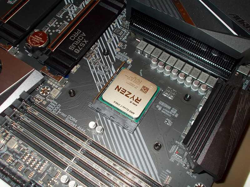 第 3 世代 Ryzen CPU(Zen 2)でこだわりの自作 PC を仮組!テストベンチ動作確認編、CPU クーラー Thermalright Silver Arrow 130 装着、AMD リテンションブラケットを固定しているネジ 4本を外して AMD リテンションブラケットを取り外す