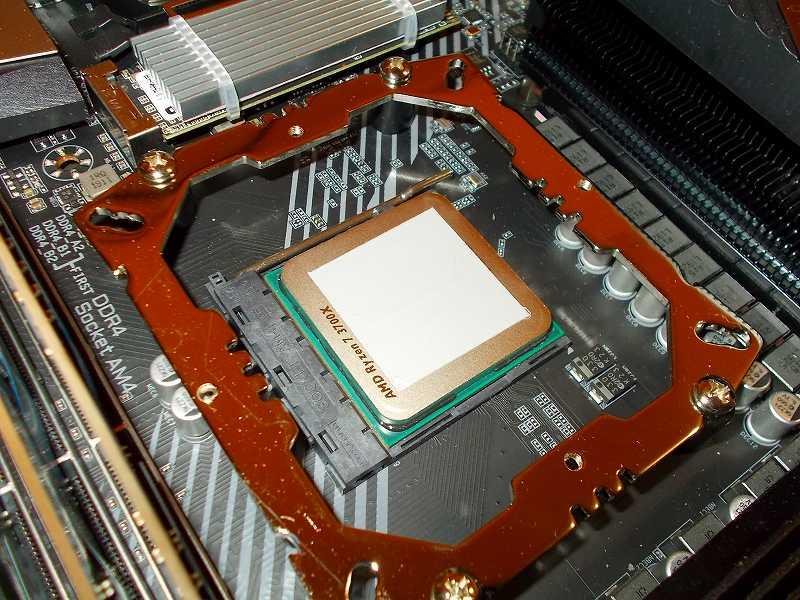 第 3 世代 Ryzen CPU(Zen 2)でこだわりの自作 PC を仮組!テストベンチ動作確認編、CPU クーラー Thermalright Silver Arrow 130 装着、3M 塗装用マスキングテープ M40J-12 を CPU に貼り、CPU グリス Thermalright TF8 Thermal Paste 塗布、カードを使って均一に塗り拡げる、塗布後マスキングテープをはがしたところ