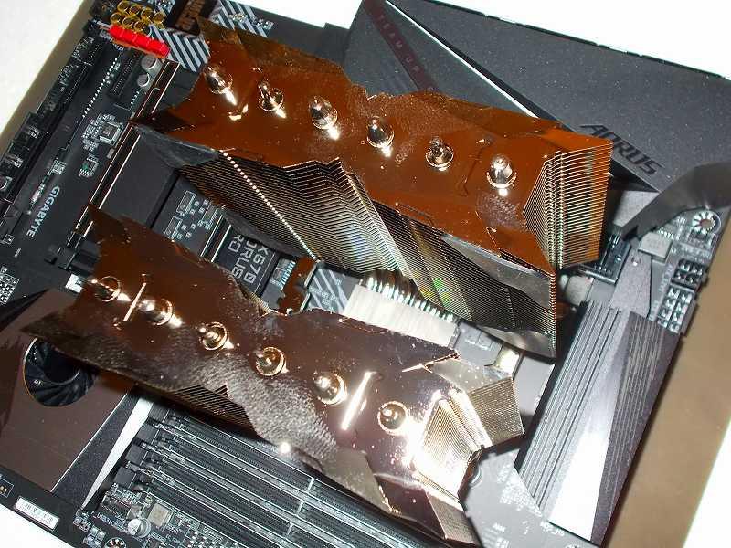第 3 世代 Ryzen CPU(Zen 2)でこだわりの自作 PC を仮組!テストベンチ動作確認編、CPU クーラー Thermalright Silver Arrow 130 装着、固定用マウント(Anchoring Mount)をセットして固定してあること、Thermalright Silver Arrow 130 ヒートシンク受熱ベースプレートの保護フィルムがはがしてあること、CPU グリスが塗布されていることを確認して、Thermalright Silver Arrow 130 ヒートシンクを設置