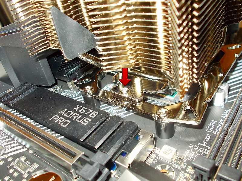 第 3 世代 Ryzen CPU(Zen 2)でこだわりの自作 PC を仮組!テストベンチ動作確認編、CPU クーラー Thermalright Silver Arrow 130 装着、Thermalright Silver Arrow 130 ヒートシンク受熱ベースプレート上部に固定用プレート((43x2.6)Mounting Plate)をセットして、ネジ(M3L6 Screw)2本締めて固定