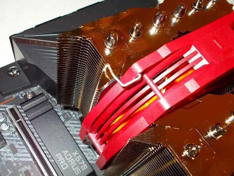 第 3 世代 Ryzen CPU(Zen 2)でこだわりの自作 PC を仮組!テストベンチ動作確認編、CPU クーラー Thermalright Silver Arrow 130 装着、Thermalright Silver Arrow 130 ヒートシンクにファン固定用クリップを使って TY-127BP PWM ファンを固定、取り付け方によっては溝付きラジオペンチ推奨?