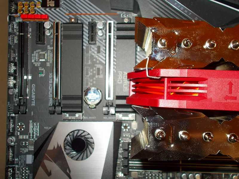 第 3 世代 Ryzen CPU(Zen 2)でこだわりの自作 PC を仮組!テストベンチ動作確認編、CPU クーラー Thermalright Silver Arrow 130 装着、CPU クーラー Thermalright Silver Arrow 130 装着後の GIGABYTE X570 AORUS PRO rev.1.0 M.2 SSD ソケット(M2A_SOCKET)付属ヒートシンク