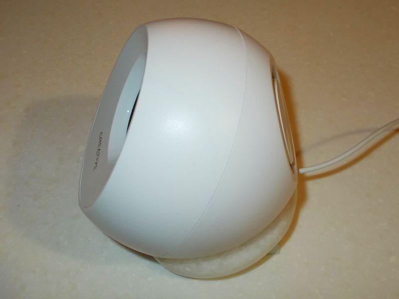 Creative Pebble ホワイト(SP-PBL-WH)セッティングと Creative Sound Blaster Z(SB-Z)設定メモ、HIKARI スキママット GS-60-703 白 (60×70×15mm) 2枚+大理石ラウンドコースターの上に Creative Pebble ホワイト(SP-PBL-WH)設置