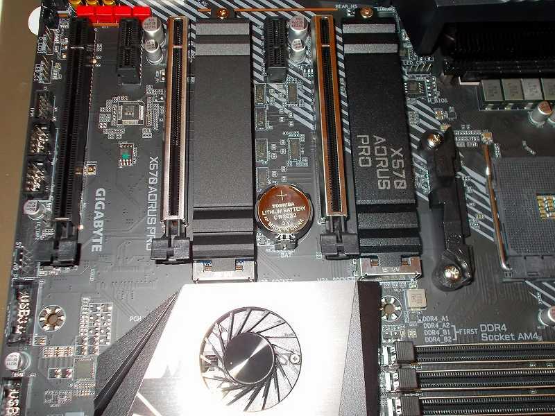 第 3 世代 Ryzen CPU(Zen 2)でこだわりの自作 PC を仮組!テストベンチ動作確認編、マザーボード GIGABYTE X570 AORUS PRO rev.1.0 マザーボードボタン電池 東芝 コイン形リチウム電池 CR2032EC 交換