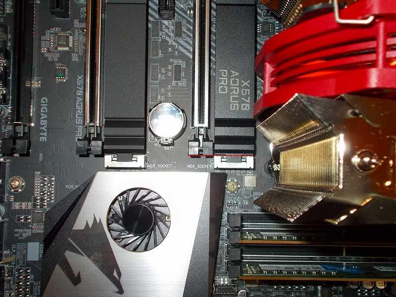 第 3 世代 Ryzen CPU(Zen 2)でこだわりの自作 PC を仮組!テストベンチ動作確認編、マザーボード GIGABYTE X570 AORUS PRO rev.1.0 - PCI Express x16 スロット ロック位置
