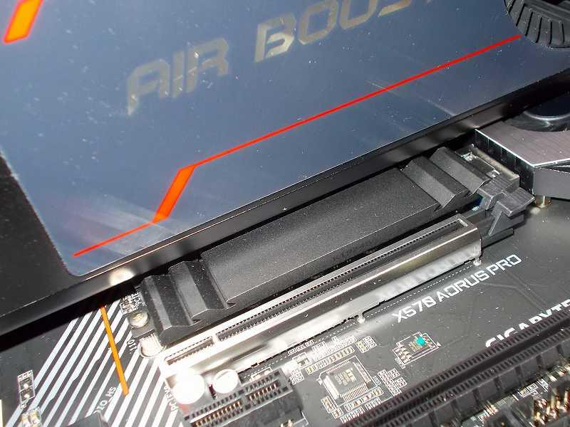 第 3 世代 Ryzen CPU(Zen 2)でこだわりの自作 PC を仮組!テストベンチ動作確認編、ビデオカード MSI Radeon RX Vega 64 Air Boost 8G OC 装着後の GIGABYTE X570 AORUS PRO rev.1.0 M.2 SSD ソケット(M2B_SOCKET)付属ヒートシンク、ビデオカード MSI Radeon RX Vega 64 Air Boost 8G OC(2スロット)下にマザーボード GIGABYTE X570 AORUS PRO rev.1.0 付属 M.2 SSD ヒートシンク(M.2 SSD ソケット ・・・ M2A_SOCKET)が配置する構造、干渉しないが M.2 SSD 取り付け・取り外し時はビデオカードを外す必要あり、2スロットサイズビデオカードだとチップセットファンが半分隠れる状態