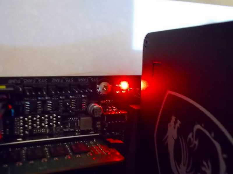 第 3 世代 Ryzen CPU(Zen 2)でこだわりの自作 PC を仮組!テストベンチ動作確認編、電源スイッチオン、通電状態、各ハードウェア LED 点灯状態、マザーボード GIGABYTE X570 AORUS PRO rev.1.0 CPU / DRAM / VGA / BOOT (ステータス LED) の BOOT が点灯、この時点では OS が入ったストレージを接続していないため問題なし