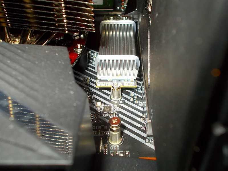 第 3 世代 Ryzen CPU(Zen 2)でこだわりの自作 PC を仮組!テストベンチ動作確認編、M.2 SSD(NVMe) Crucial NVMe M.2 SSD P1 CT1000P1SSD8JP(M.2 SSD 用ヒートシンク HM-21+M.2 ヒートシンク用 放熱シリコーンパッド HT-13 組み合わせ)、M2A ソケット側
