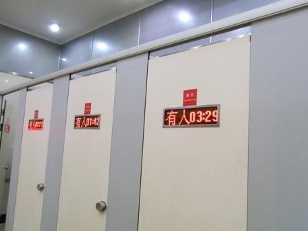 5分でトイレを済ませないと自動開放してしまう中国のトイレ