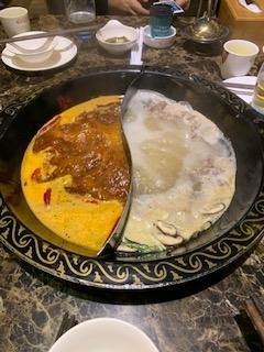 お鍋料理です、一つのお鍋で2種の味を。同時に楽しめます。ピリ辛お漬物もたくさん入ったスープ&チキンブイヨン系