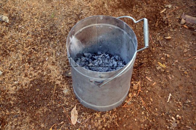 何がなんでもキャンプだし すげのレジャー 雨 キャンプ 乾燥撤収 薪スト 撤収 灰濾し アイアンストーブちび テンマク 錆防止