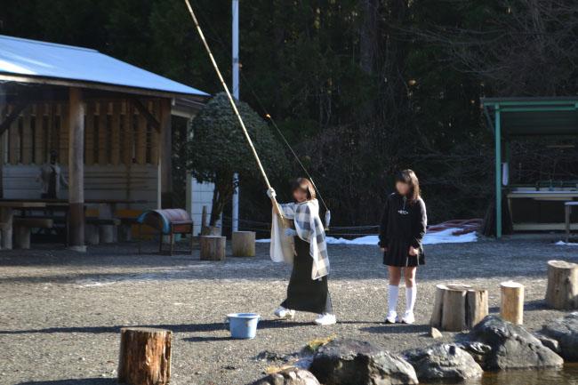 何がなんでもキャンプだし すげのレジャー 冬キャンプ 釣り ニジマス 管理 まずめ時 ラーショ チェックアウト 管理者 塩焼き
