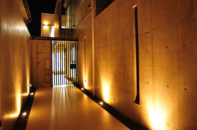 京都市北区上賀茂のRC造注文住宅,玄関アプローチ,関節照明
