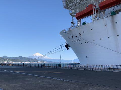 でかい船と富士山