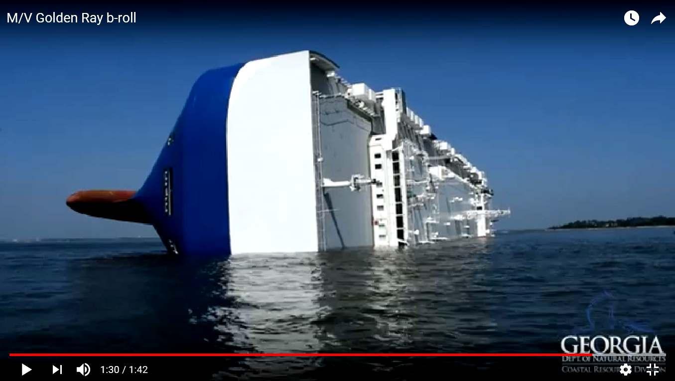 転覆したチョン国船1