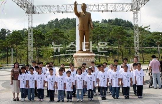 下朝鮮の金大中銅像4