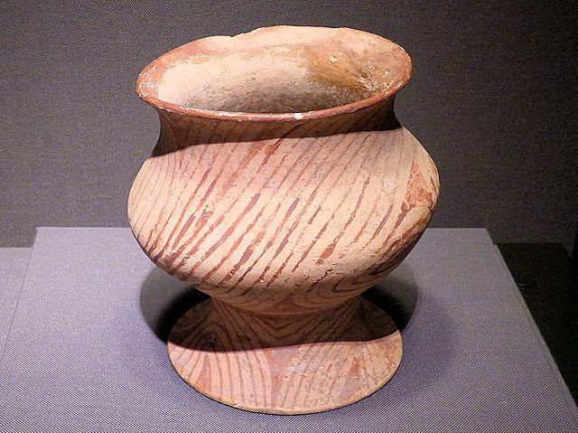 タイ北東部出土の「加彩陶壺」と書かれた壺