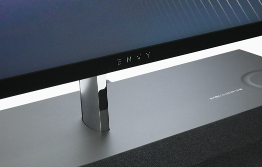HP ENVY All-in-One 27_ENVYロゴ_0G1A3497