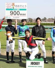 田辺裕信さん、900勝表彰式ではしゃいでしまう。1