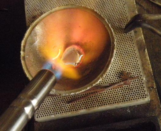 インゴットを作るバーナーで熱する (1)