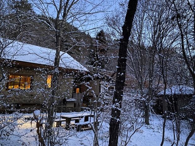 石積みの家、雪景色、青の時間